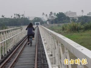 要小心! 虎尾鐵橋的枕木地板有鐵釘外露