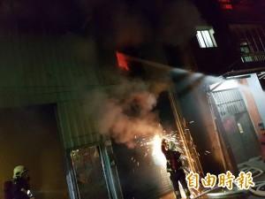 蘆洲冷氣工廠火警 隔壁住戶急奔逃