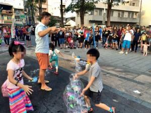 表演「泡泡秀」遭小孩戳破 網嘆:台灣教育失敗