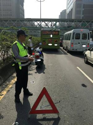 公車路口拋錨引回堵 熱心警助救護車脫困