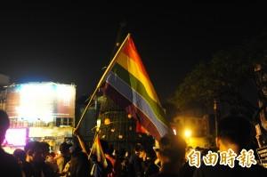 趁台南耶誕樹點燈 他們揮舞彩虹旗