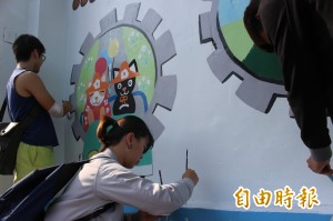 大學生彩繪6米高牆面 外國生體驗畫八將家臉譜
