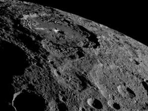 謎樣矮行星穀神星 NASA:表層下充滿著冰