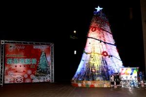 耶誕愛地球 城市科大用寶特瓶打造兩樓高耶誕樹