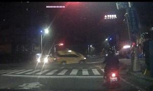 2輛計程車凌晨擦撞   警持警棍破窗救人