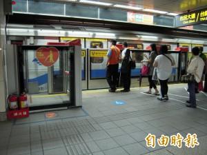 台北車站捷運月台 孩童下車卡進縫隙