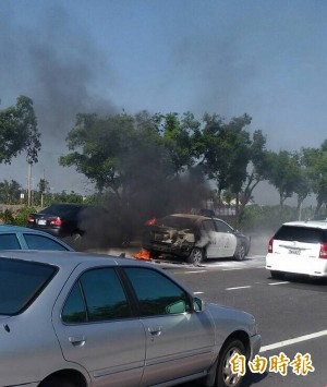 警車竄火被燒…竟是查扣的小拼裝車漏油