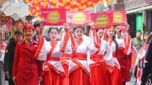 四川空姐穿漢服上街 抵制耶誕節