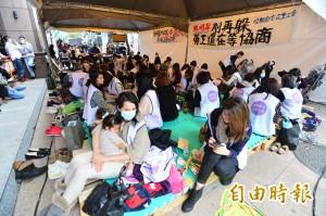 抱幼女上街靜坐抗議  興航空姐:街頭是最好教育