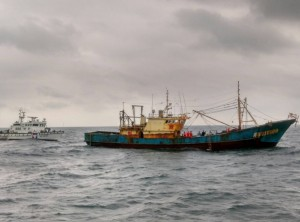 越區捕魚被逮  中國船長跳海耍賴3個半小時