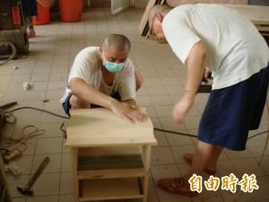 高牆內的愛 雲監受刑人贈創世基金會手工木作家具