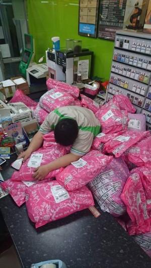 網購商品淹沒超商店員 全家總公司回應了…