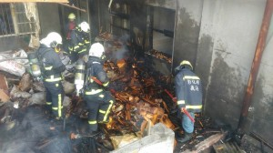 鹿港海浴路住宅火警 僅牆面燻黑救出3人未送醫