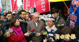 吳敦義探絕食軍公教 發言遭打斷被嗆18%不存在