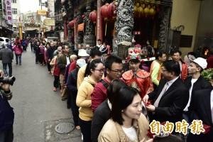 潘孟安屏東都城隍廟發錢母 有民眾凌晨1點排隊