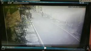 醉搶匪搶包後耍帥壓車 不到3秒摔車被逮
