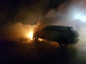 鞭炮肇禍? 夜景賞一半 愛車車頭起火燒毀
