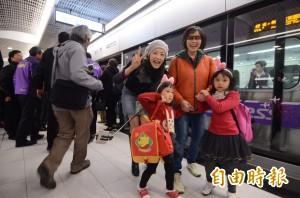 機場捷運試乘 首發民眾讚「像坐觀光列車」