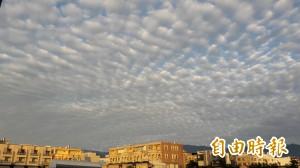 魚鱗罩頂? 台東市一早天空好壯觀