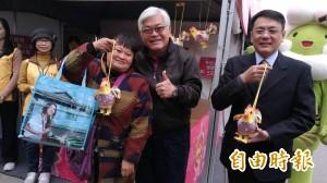 台灣燈會首發幸福奇雞小提燈 民眾排隊領