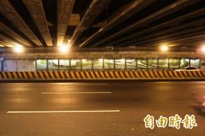 廢棄玻璃展特色 點亮光復路橋下涵洞