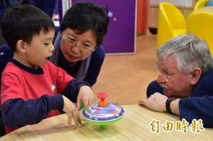屏大帶幼兒動手玩科學 德國教授也按讚