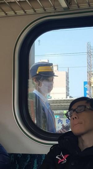 想神「正妹車長」 但一旁乘客銷魂表情實在太搶眼...