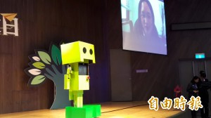唐鳳化身機器人阿楞 與清大師生對談創新創業