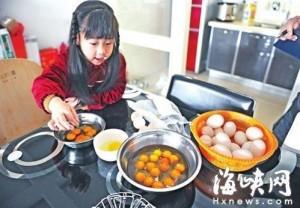 連敲12顆蛋都雙蛋黃 中國婦人質疑「人造蛋」