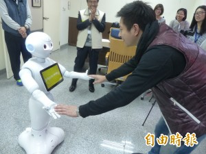 金門機場添生力軍 機器人「Pepper」迎嘉賓