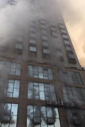 江西飯店大火猛竄濃煙 民眾倉皇跳樓逃生