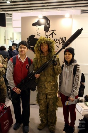爭相合影 特戰部隊狙擊手在大學博覽會亮相