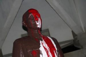 中山大學蔣介石銅像    今晨再被潑漆