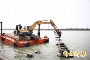 一甲子鹽業鐵橋被拆 里民為它辦告別式
