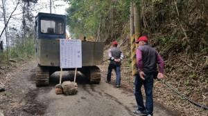 五峰羅山地主以挖土機封道 露營遊客一度受困