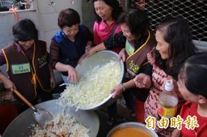 搶救菜價   田中社區辦理高麗菜飯共餐