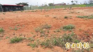 災後9個月未修 東海運動公園網球場長滿雜草