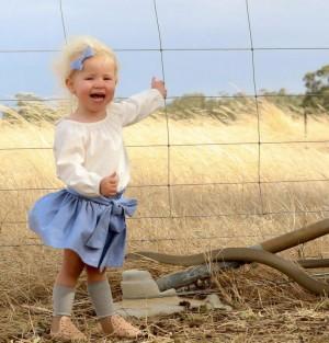 女童野外拍照笑嗨嗨   腳旁鑽出2公尺毒蛇!