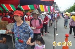 媽祖誕辰前夕 萬丹萬惠宮送壽麵、壽桃給信徒