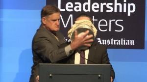 演講慘遭砸派 澳航CEO高EQ:這什麼口味?