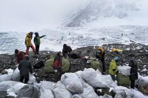 志工登聖母峰中國端 5天清了4噸垃圾