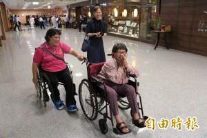 母女相倚24載  孝女坐輪椅也要推著老母前進