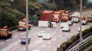 國1北上37公里小貨車擦撞貨櫃車翻覆 1輕傷
