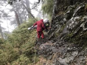 馬來西亞人登玉山病故 消防隊員扛遺體下山