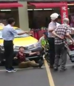假車禍?鐵馬逆向撞小黃 婦人骨折當場送醫