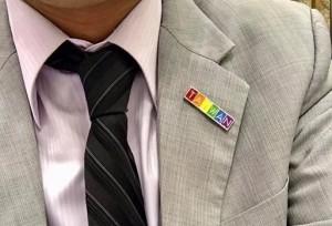 今同婚釋憲 高市新聞局長戴彩虹胸章押百杯咖啡