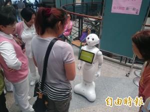 機器人帶你跳健康操! 童綜合醫院引進服務超吸睛