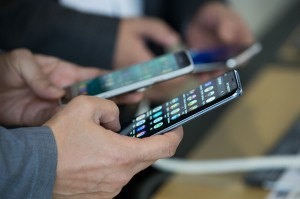 手機上癮度國家排行 第1名每天逼近5小時