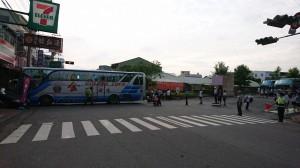 豐原高中校車衝入早餐店 駕駛肉身擋車受傷送醫