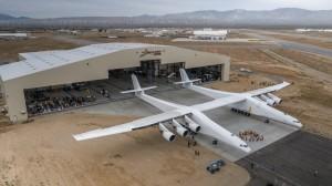 翼展達177公尺! 全球最大飛機首度亮相